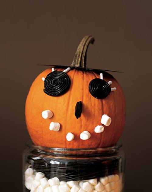 diy manualidad calabaza halloween decorada con chucherias