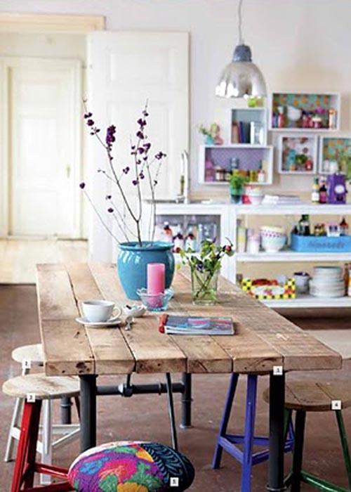 mesa madera taburetes colores